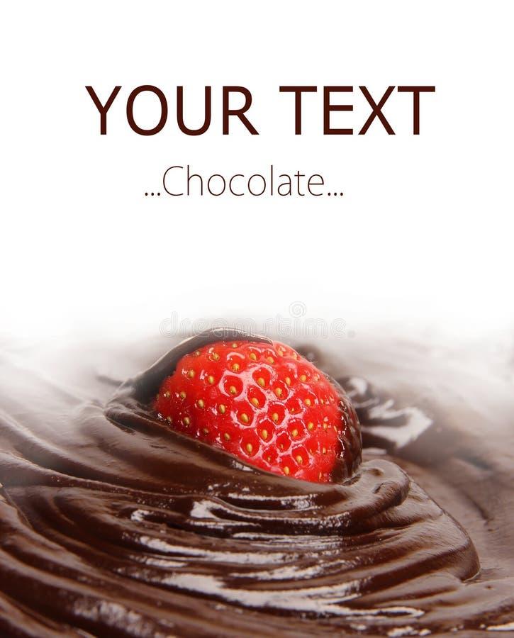 La fraise a plongé en fondant le chocolat foncé photographie stock libre de droits