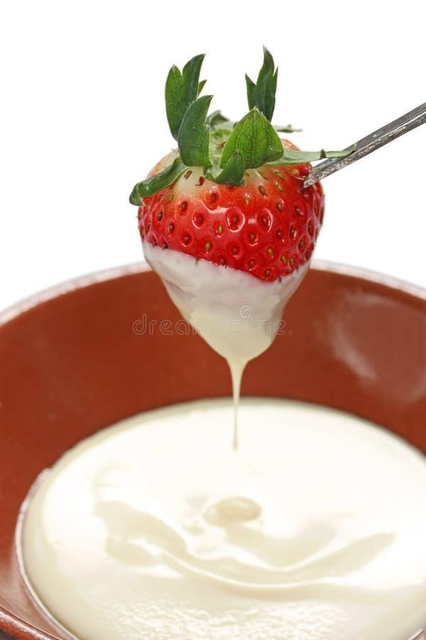 La fraise a plongé en fondue de chocolat blanche photographie stock libre de droits