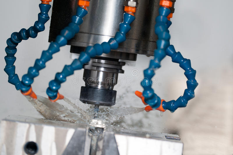 La fraiseuse usinent la préparation pour traiter le métal au mA industriel images libres de droits