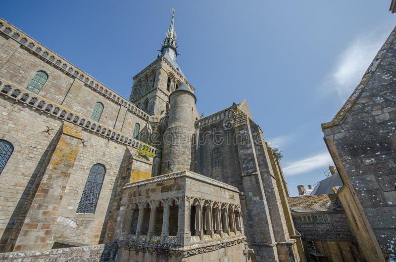 LA FRANCE LE MONT SAINT MICHEL 26 AOÛT : vue de l'église sur le dessus de la colline du saint Michel de le mont le 26 août 2013 I image stock