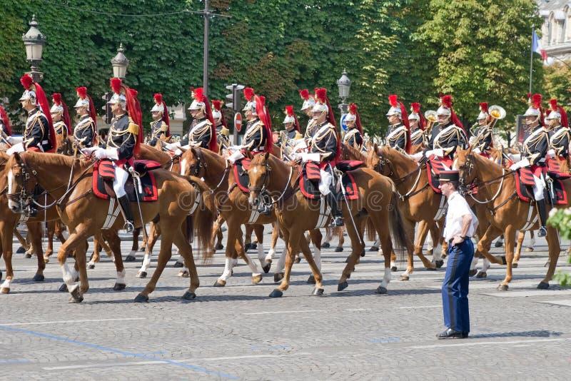 LA FRANCE, PARIS - 14 JUILLET : La cavalerie à des militaires photographie stock libre de droits