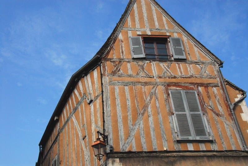 La Francia Borgogna una costruzione affascinante del Mezzo legname a Auxerre immagine stock libera da diritti