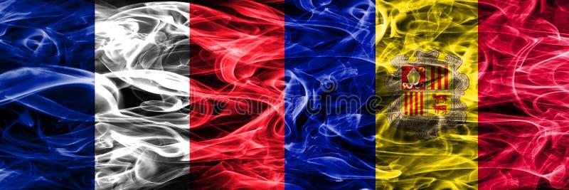 La Francia contro le bandiere del fumo dell'Andorra disposte parallelamente Bandiere seriche densamente colorate del fumo della F fotografia stock libera da diritti