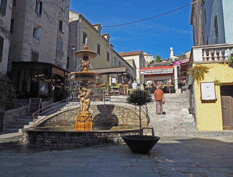 La Francia, Corse, Corte, il 21 giugno 2017, via principale nella città w del corte immagine stock libera da diritti