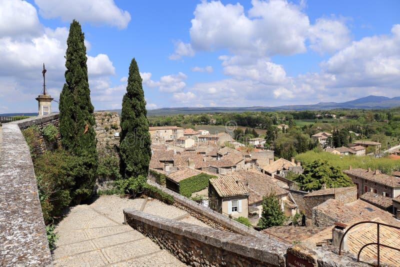 La Francia del sud: tetti piastrellati del villaggio medievale Grignan fotografie stock libere da diritti