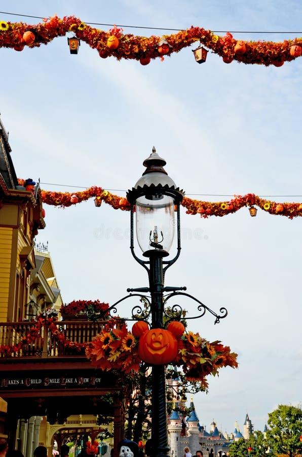 La Francia, Parigi, Disneyland, il 14 ottobre 2018 porta di entrata con le decorazioni di Halloween e la vecchia lampada di via fotografia stock libera da diritti