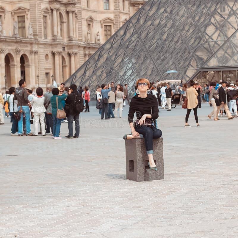 La Francia, Parigi - 17 giugno 2011: Donne della testarossa vicino immagine stock libera da diritti
