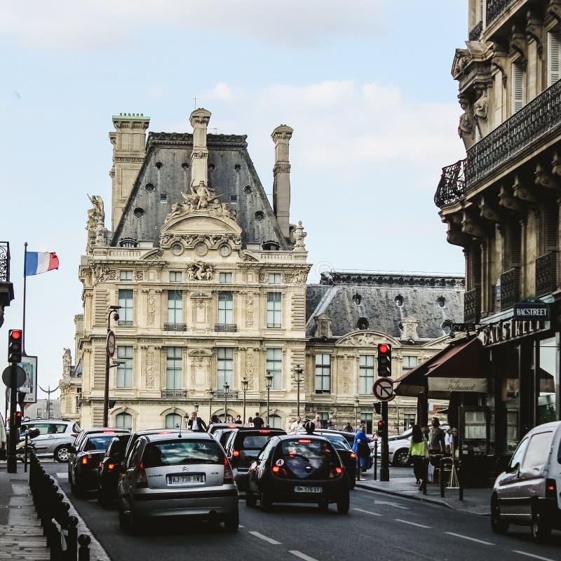 La Francia, Parigi - 17 giugno 2011: La gente che cammina dentro fotografia stock libera da diritti