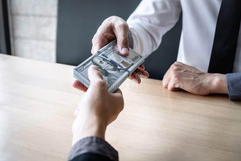 La fraude malhonnête en argent illégal d'affaires, homme d'affaires reçoivent l'argent de paiement illicite dans l'enveloppe aux  photos stock