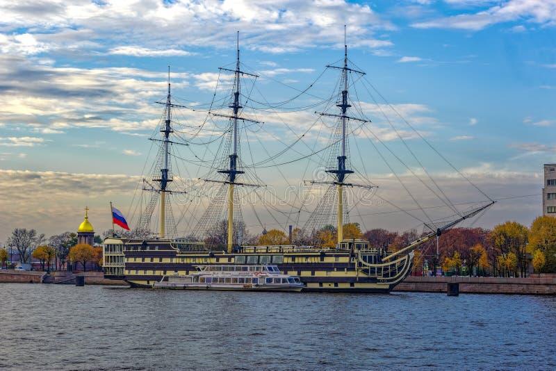 """La fregata di una tolleranza di precedente Blagodat """"che ora serve da ristorante messo in bacino sull'argine di Petrovskaya del f fotografie stock"""