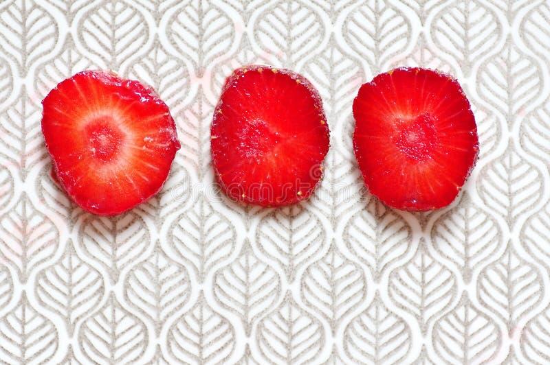 La fresa apetitosa jugosa cortó en tres pedazos fotos de archivo libres de regalías