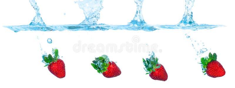 La fresa cayó en el agua foto de archivo libre de regalías