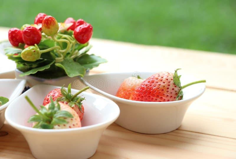 La fresa de la frescura en el mini cuenco adorna la fruta deliciosa imagenes de archivo