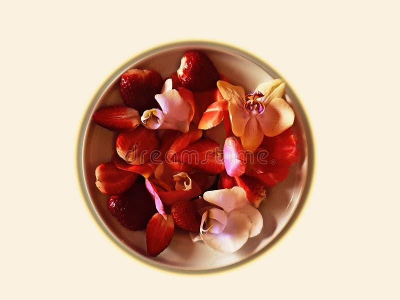 La fresa en la placa con las orquídeas enciende arte abstracto del diseño de la decoración del fondo del oro fotografía de archivo libre de regalías
