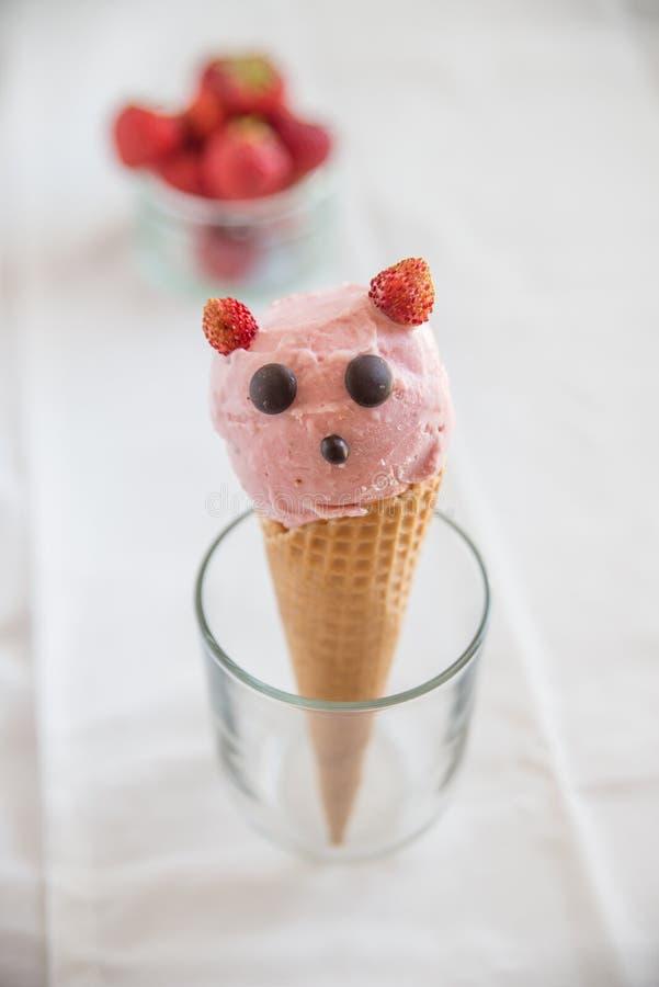 La fresa remató el helado en oblea fotografía de archivo libre de regalías