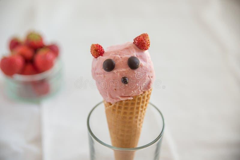 La fresa remató el helado en oblea imagen de archivo