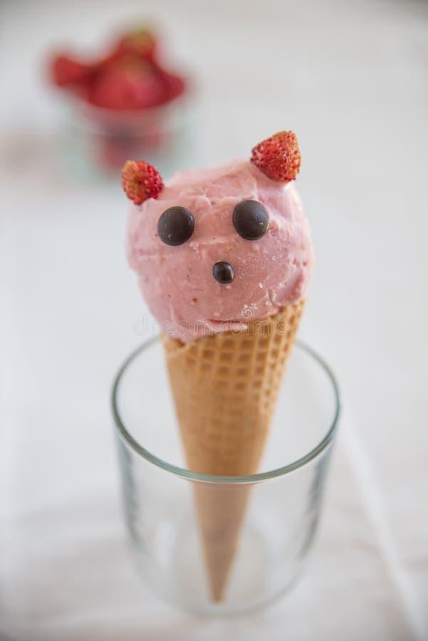 La fresa remató el helado en oblea imagenes de archivo
