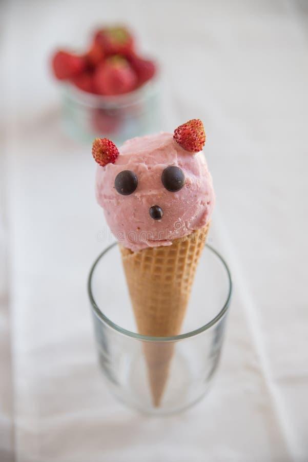 La fresa remató el helado en oblea foto de archivo