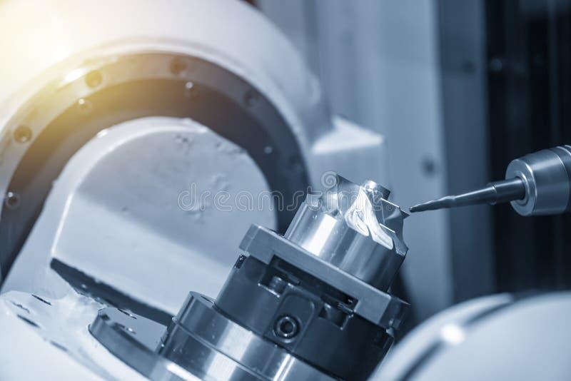 La fresadora del CNC de 5 ejes que corta la parte aeroespacial fotografía de archivo