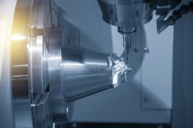 La fresadora del CNC de 5 ejes que corta la parte aeroespacial fotos de archivo libres de regalías