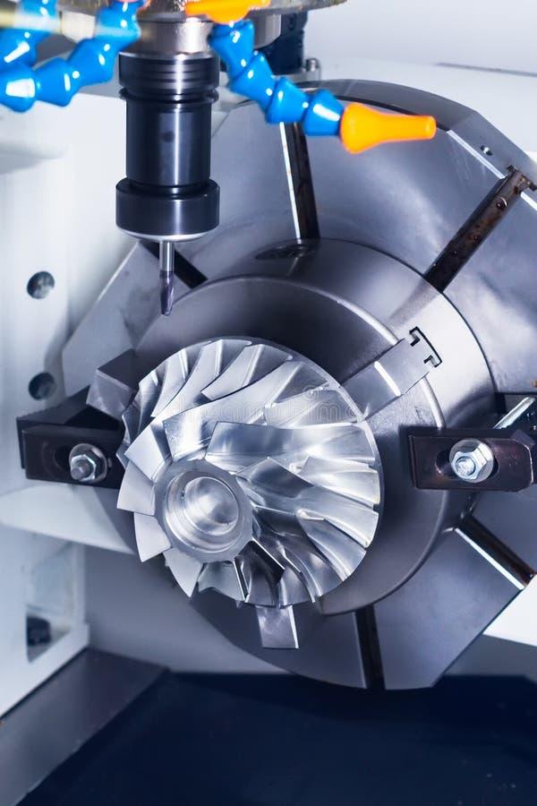 La fresadora del CNC parte durante la fabricación de detalle fotos de archivo libres de regalías