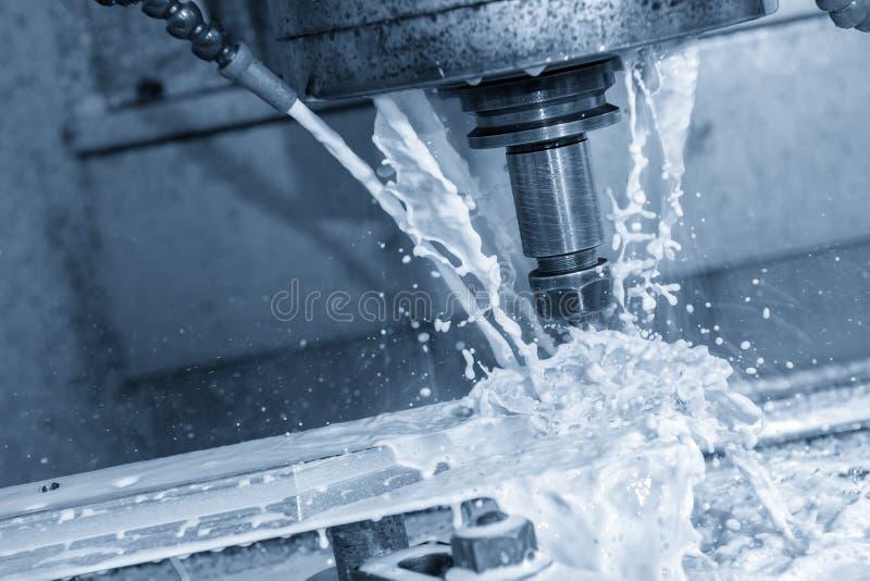 La fresadora del CNC que corta el molde del neumático parte imagenes de archivo