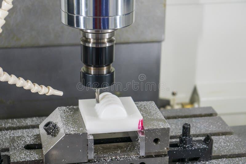 La fresatrice CNC ad alta precisione taglia le parti di plastica mediante l'utensile a punta di sfera solida fotografia stock libera da diritti