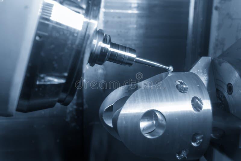 La fresatrice di CNC di 5 assi che taglia la parte automobilistica fotografia stock