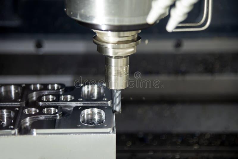 La fresatrice di CNC che taglia lo stampaggio ad iniezione del metallo immagini stock libere da diritti