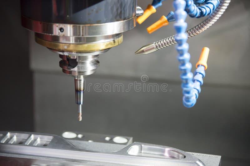 La fresatrice di CNC che taglia la muffa parte immagini stock