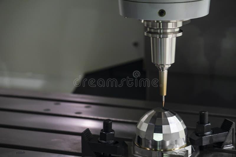La fresatrice di CNC che taglia la parte del campione immagini stock libere da diritti