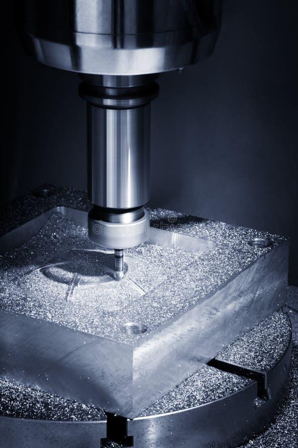 La fresatrice di CNC di Ciao-precisione con il campione di taglio nel tono dell'blu-argento La micro tecnica di taglio nella pari fotografia stock libera da diritti