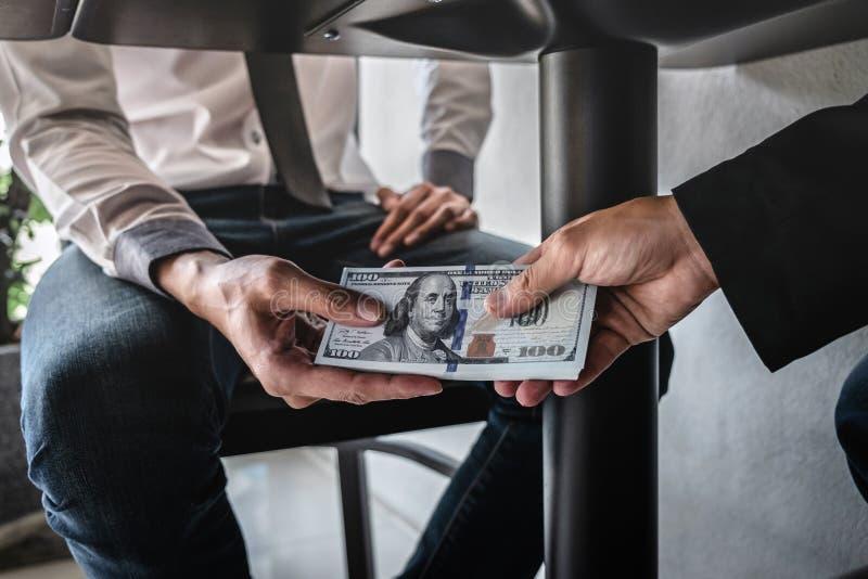 La frode disonesta in soldi illegali di affari, uomo d'affari riscuote i fondi del dono sotto la tavola alla gente di affari per  fotografia stock libera da diritti