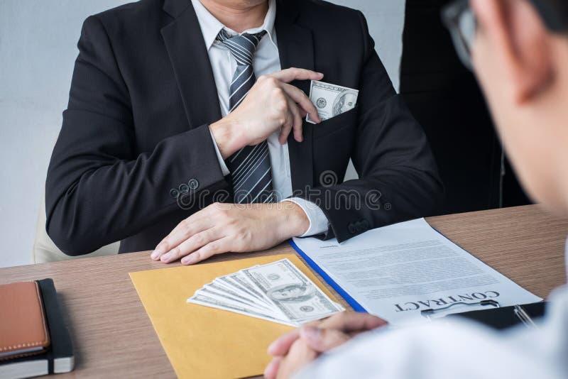 La frode disonesta in soldi illegali, uomo d'affari che dà a soldi del dono la forma di banconote in dollari all'attimo dà a succ fotografia stock