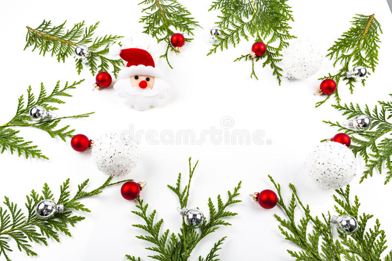 La frontera arqueada ancha de la Navidad en el blanco, integrado por abeto fresco ramifica con Santa Claus y los ornamentos fotografía de archivo
