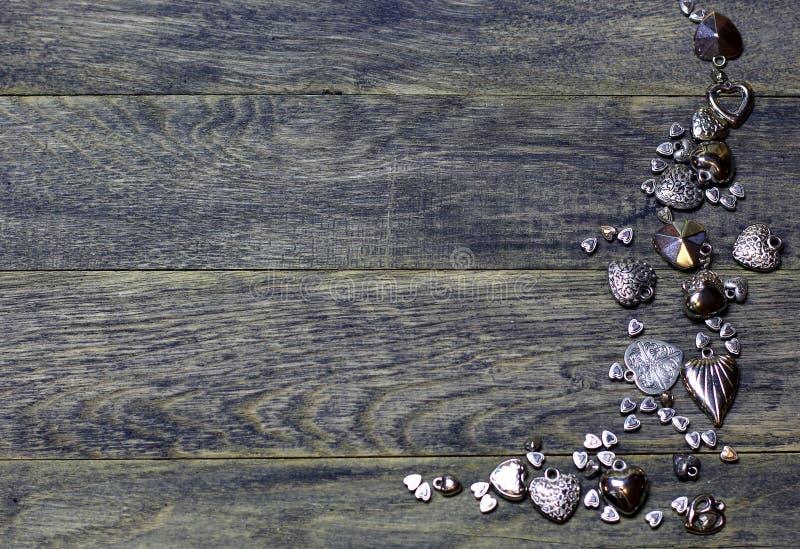La frontera de la esquina del marco de corazones gotea en viejo fondo de madera oscuro imágenes de archivo libres de regalías