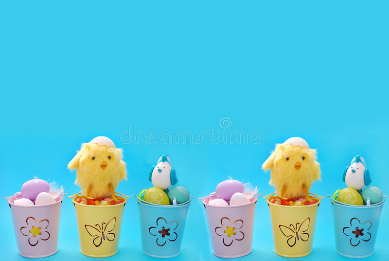 La frontera de Pascua con los huevos en color en colores pastel buckets imagenes de archivo