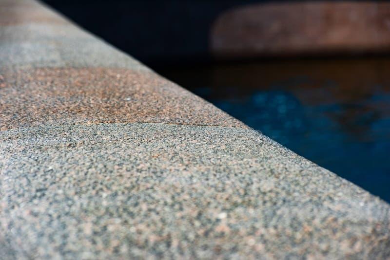 La frontera de piedra con agua está cercana fotos de archivo