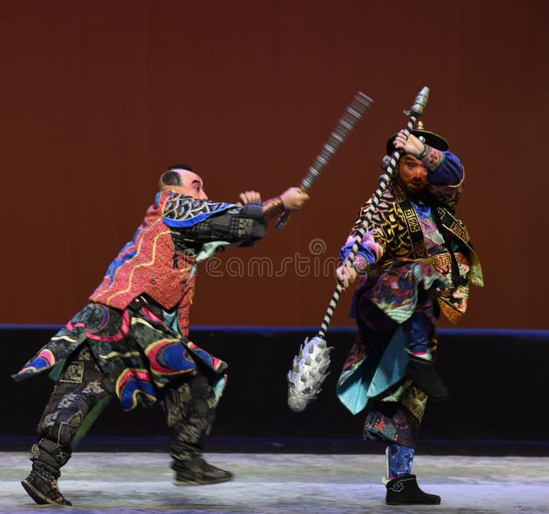 La frusta del ferro contro il macis--€œLittle Worriors di opera di Pechino del  del family†di Yeuh's fotografie stock libere da diritti
