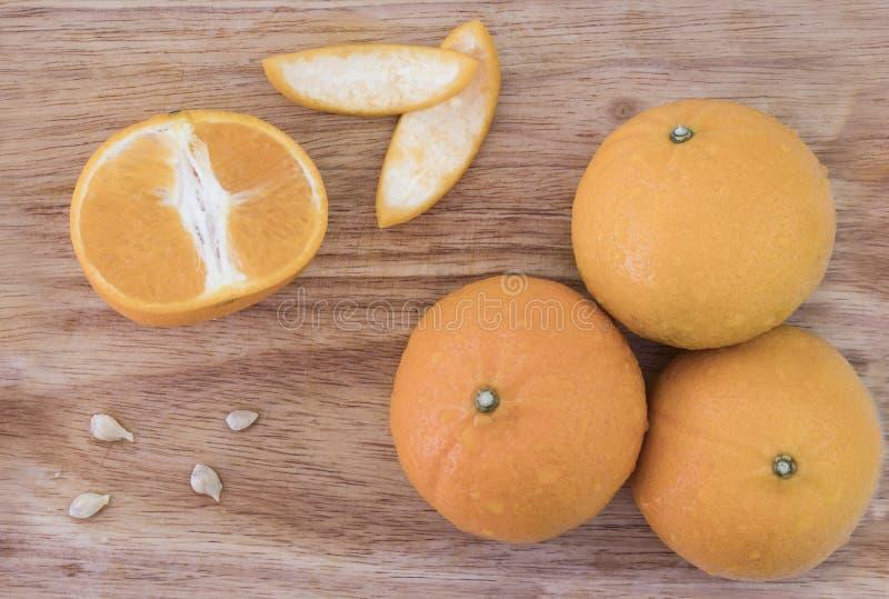 La fruta anaranjada jugosa fue cortada, vio la pulpa de la fruta en una tabla de madera imágenes de archivo libres de regalías