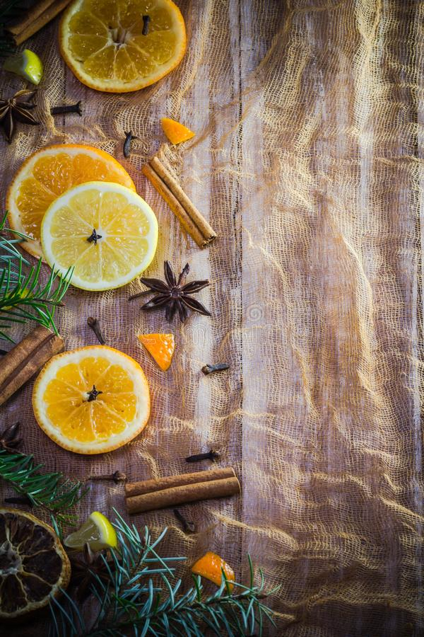 La fruta cítrica condimenta el cin anaranjado de los clavos del fondo del limón colorido de las rebanadas foto de archivo libre de regalías