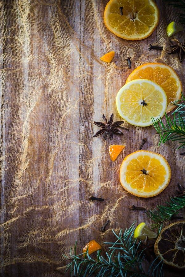 La fruta cítrica condimenta el cin anaranjado de los clavos del fondo del limón colorido de las rebanadas imagenes de archivo