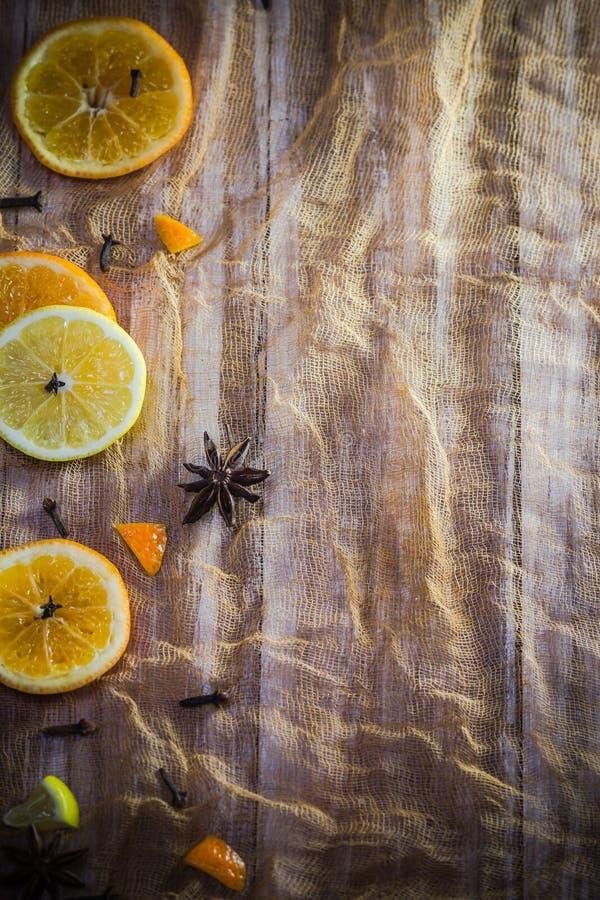 La fruta cítrica condimenta el cin anaranjado de los clavos del fondo del limón colorido de las rebanadas fotos de archivo