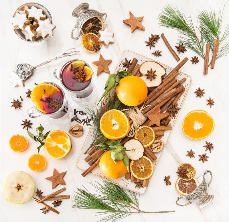 La fruta caliente reflexionada sobre de los ingredientes del sacador del vino todavía condimenta la Navidad l fotografía de archivo libre de regalías