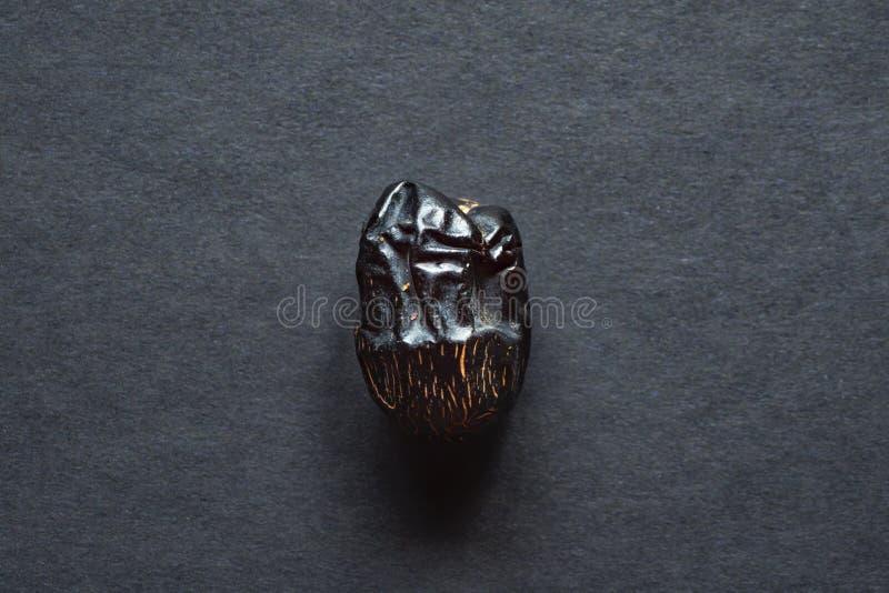 La fruta de la fecha del Al-Madina de Ajwa se presenta en una tabla negra foto de archivo libre de regalías
