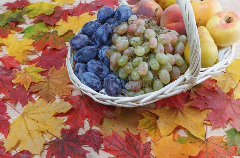 La fruta está en una cesta fotos de archivo