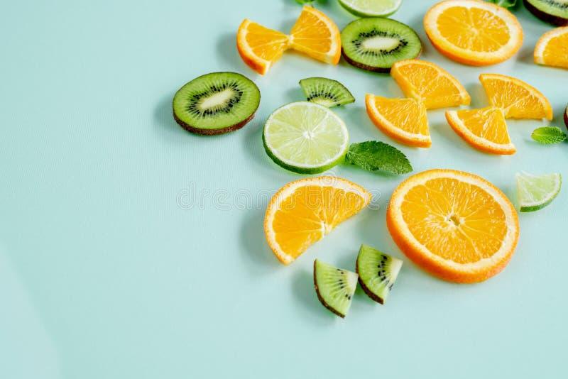 La fruta jugosa mínima del limón fresco restaura foto de archivo libre de regalías
