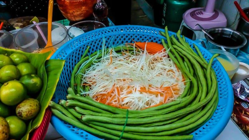 La fruta y verdura para hacer ensalada de la papaya la comida es como a imagen de archivo libre de regalías