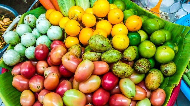 La fruta y verdura para hacer ensalada de la papaya la comida es como a imagenes de archivo