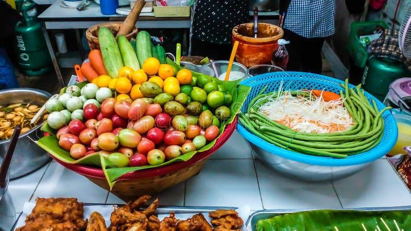 La fruta y verdura para hacer ensalada de la papaya la comida es como a foto de archivo